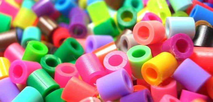 1024px-Plastic_beads1-730x350